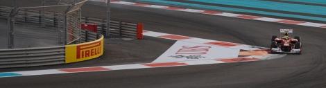 Un coche de Ferrari tomando la curva en la que estábamos situados durante las carreras clasificatorias del Sábado