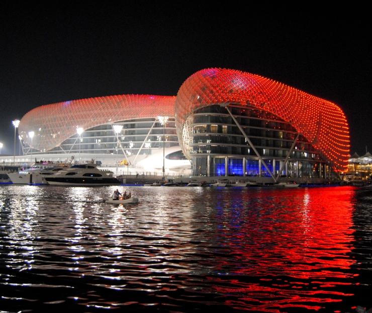 Espectacular vista del Yas Hotel con su caparazón iluminado en rojo Ferrari