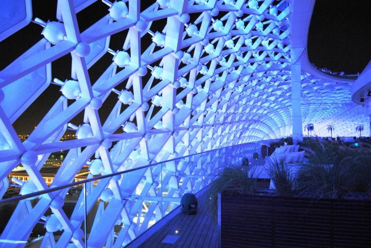 Detalle del interior de la cubierta luminosa del Yas Hotel, desde el Skylite rooftop bar