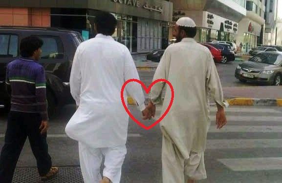 ...y para culminar la categoría de elementos prohibidos, un clásico gesto de amor, fraternidad o camaradería que paradoxalmente no está prohibido, el clásico agarrón de manos pakistaní (no se de quien es la foto, pero tengo ganas de decir que es de LJ)